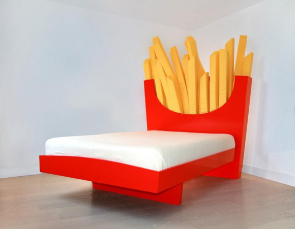 某ファーストフード店を連想しちゃう!? でっかいフライドポテトに見守られながら眠りにつくことができるベッド