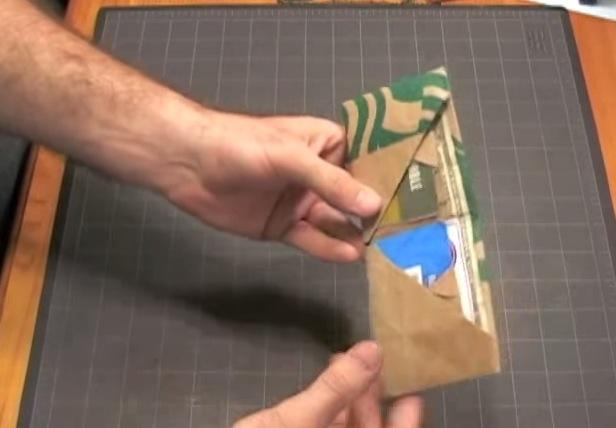 【動画】お札&クレジットカード4枚を収納できちゃう! スターバックスの紙袋でお財布を作ってみよう