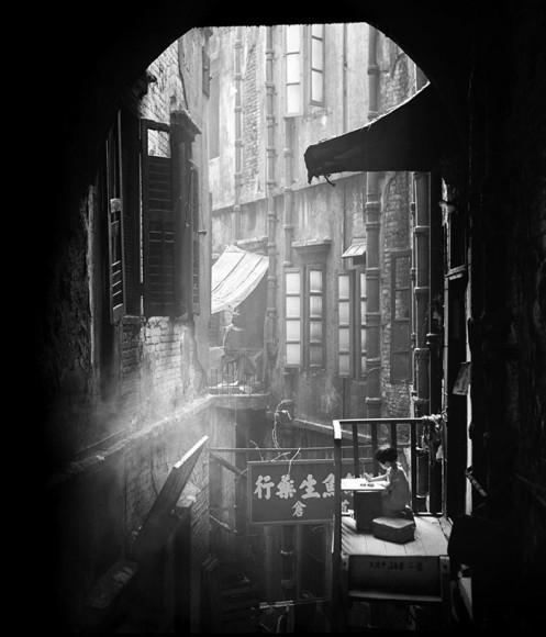 1950年代の香港のストリート風景をモノクロで映し出す…中国人写真家ファン・ホーの作品がクールで美しい!