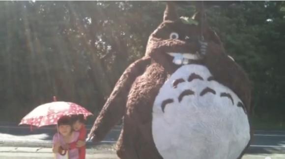 この大きさ、モフモフ感…本物みたい!! おじいちゃんが孫たちのために作った「実物大トトロ」が完成度高くて超リアル!