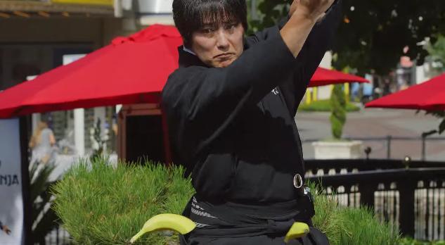 """""""果物を次々刀でぶったぎってゆく日本人男性"""" が海外で賞賛の嵐 / 一方で「食べ物を粗末にしてはいけません」という真っ当な声も"""