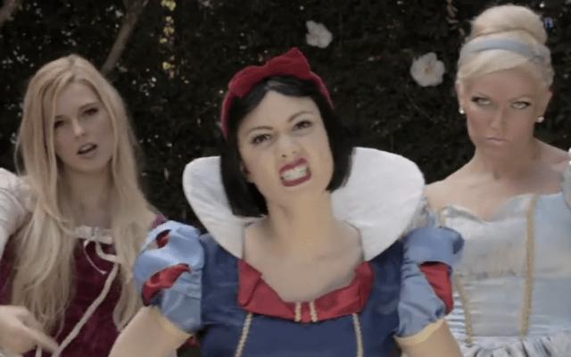 【ディズニープリンセス対決】悪口の言い合いがスゲエ! お局「白雪姫」と新人「エルサ」のラップ・バトル