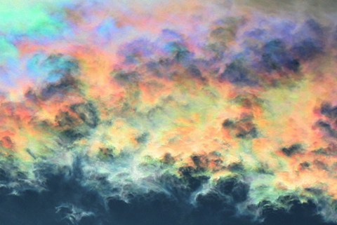 """メルヘンの国で撮影された""""虹色の雲""""「彩雲」がなんとも幻想的"""