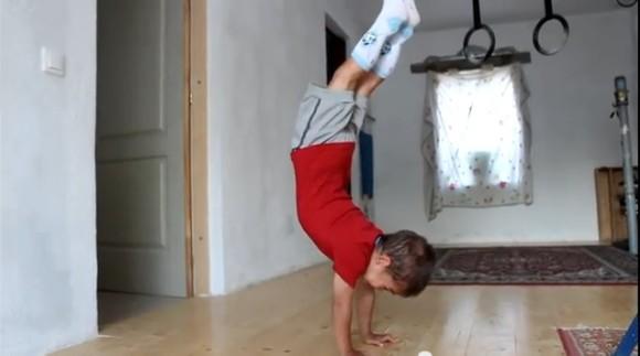 細マッチョ男子・クラウディオくん(5歳児)の90度腕立て伏せがあまりに見事すぎて世界中が驚愕!