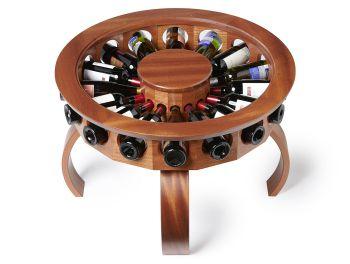 ずらりと円状に並ぶボトルが圧巻! お気に入りのワインをゲストに見せびらかすためのテーブル