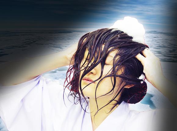 北極の氷で髪を洗った結果…凍死寸前に! / 神から快感なシャンプーを与えられる