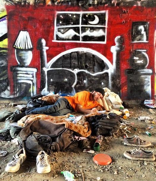 スラム街に暮らすホームレスの人々が見る夢を、彼らの寝場所に描き続けるストリートアート