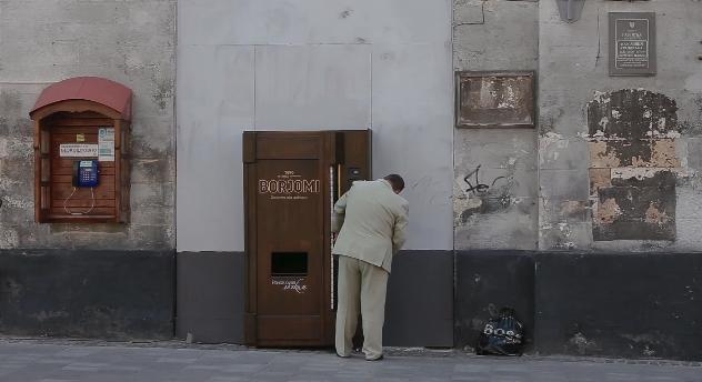 ウクライナの街に1曲弾いたらドリンクが出てくる「ピアノ付き自販機」が出現! 街中がたちまちコンサート会場に