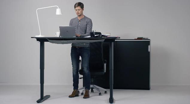 ボタンひとつで高さを自動調整できる! IKEA発のスタイリッシュ電動デスクがめちゃんこ便利そうなりよ!