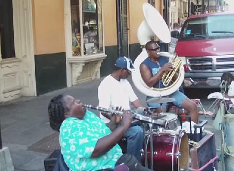 魂が震える音と美声に感涙必至……米ニューオリンズのストリートでクラリネットを演奏する女性がすんごい