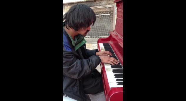 30年間ホームレスの男性が奏でるピアノに世界が感動! 生い立ちやフルネームが明らかに