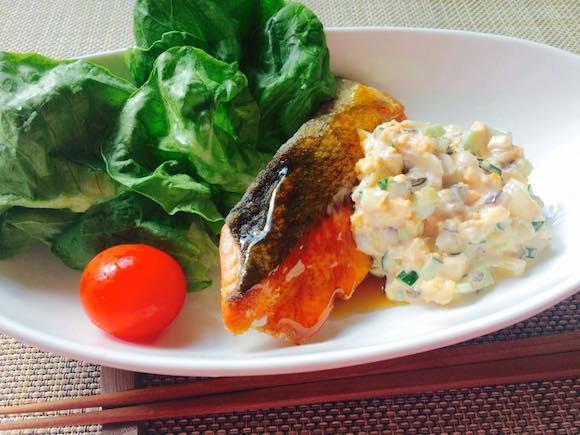 【ずぼら栄養士の15分ご飯Vo.10】ガッツリ&パリッとジューシ〜! 野菜たっぷりタルタルソースと秋鮭の南蛮風