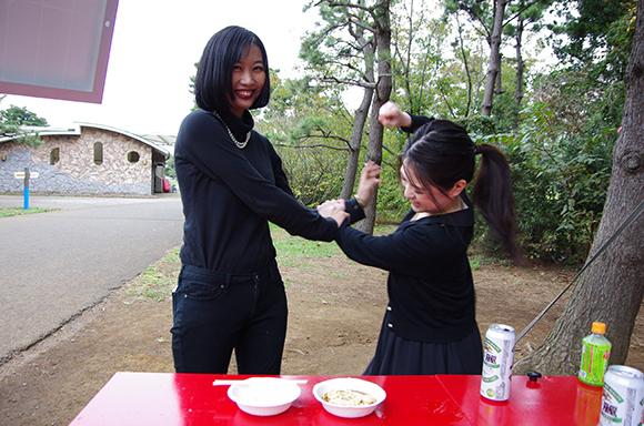 【女の友情とは】キャンプ場で女子ふたりがラーメン作ってキャッキャしてたらイケメンの登場により壮絶なバトルが勃発!!!!!(衝撃の料理画像あり)