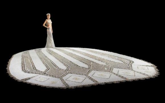 まるで宝石をまとってるみたい~!! 100万個のビーズがキラキラ輝くウェディングドレス