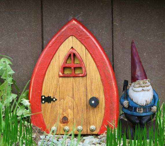 何でもない壁や木が「小人のお家」に大変身! ミニチュアのドアが絵本の世界そのままのクオリティ!!