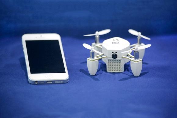セルフィー棒はもういらない!? 空中から自撮りできる小型の無人飛行機が登場!
