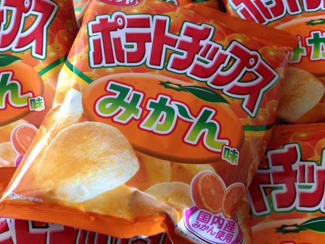 うまいのか? 大丈夫か? 疑惑の「ポテトチップスみかん味」を実食してみた!!