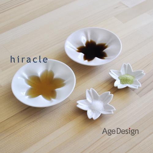 おしょう油をそそぐと、桜の花が浮かび上がる九谷焼の小皿