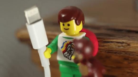 レゴブロック人形の手が、Apple社製品のコードホルダにぴったりだった!! とネットで話題に