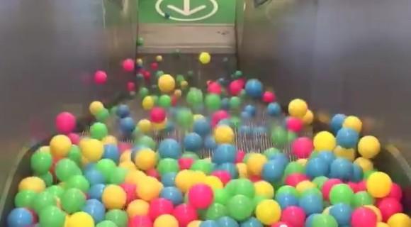 一度はやってみたいよねー! 大量のボールをエスカレーターにブチまけたら…さてどうなる!?