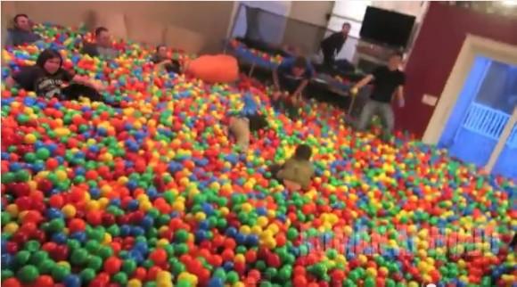 【クレイジーすぎ】愛する子どものために家の中を巨大ボールプールにしちゃったパパ! 帰宅したママのリアクションは…!?