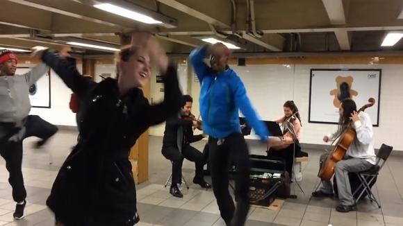 【ちょっといい話】NYの地下鉄構内で演奏するカルテットにまさかの共演者あわらる! 偶然通りかかったのは〇〇〇軍団だった / ネットの声「これこそがニューヨーク!」