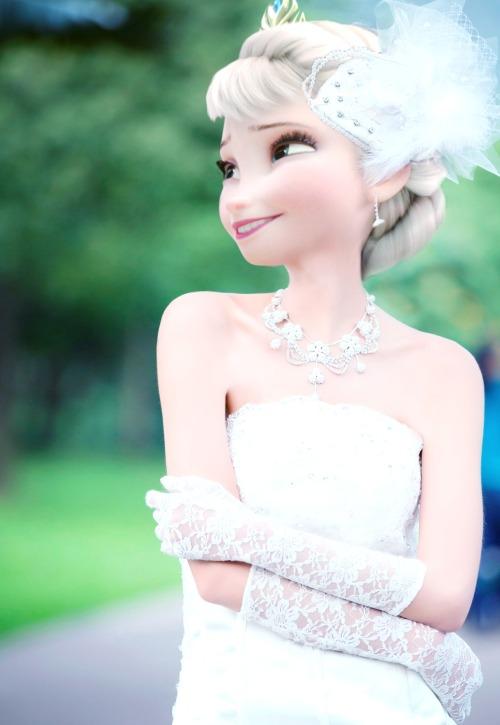もしアナとエルサがファッションモデルだったら!? ふたりのウェディングドレス姿や制服姿がまぶしいほどにキュート♪