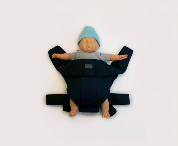 【イクメンと思ったら大間違い】こ、こわい……! 赤ちゃんの姿をしたドリンクホルダー