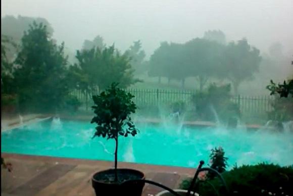 プールが異常事態! 巨大なひょうが米オクラホマ州を襲った様子が衝撃的すぎる……!