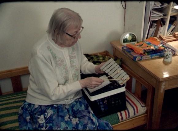 【伝説のおばあちゃんミュージシャン】70歳で宅録デビュー、7年間で59枚のアルバムをリリース!