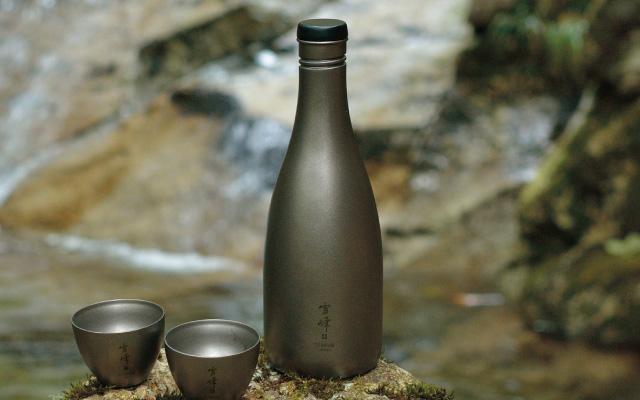 いつでもどこでも日本酒を楽しみたい方はマスト!? アウトドアブランド「スノーピーク」から発売されているチタニウム製の酒筒が超絶クーーール!