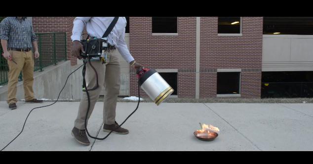 """【画期的】床も壁も汚れない! 米大学生が開発した """"低周波の音波で火を消す消化器"""" がネットで話題に"""
