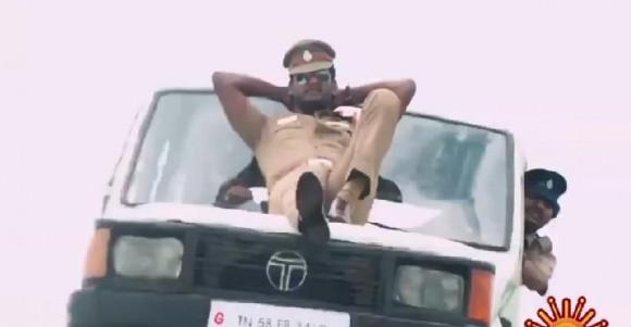 屈強な男たちにたった1人で立ち向かうグラサン男、強すぎ! ちょっぴりシュールなインド映画がフェイスブックで話題
