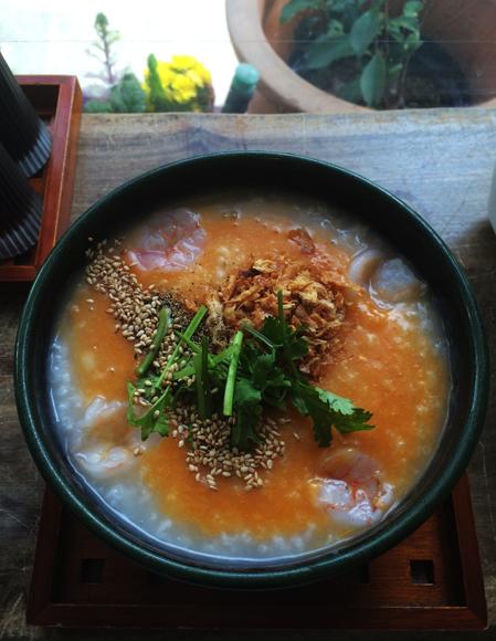 青山「粥麺楽屋 喜々」の「トムヤムクン粥」はヤミツキ必至の逸品! 刺激的な酸っぱ辛さとトロトロのお粥がクセになりそう!!