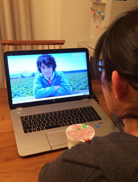 【これヤバい】3分カップ麺を作って食べる間、俳優・斎藤工さんがズーッと見守ってくれる日清のサイトがヤバい