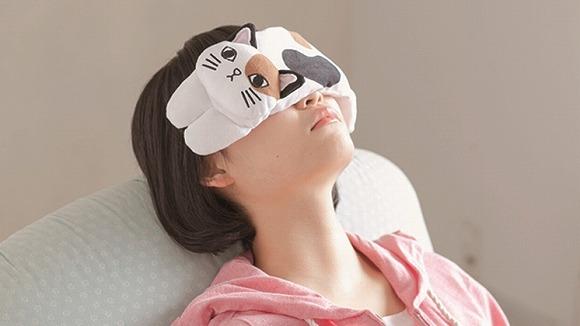 ニャンコが疲れた目を癒してくれるよ! 肉球もモフモフのおなかもバッチリ再現した「フェリシモ猫部」のアイクッション♪