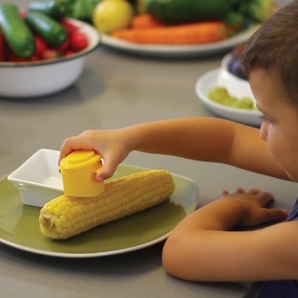 【ちょっと欲しい】トウモロコシにまんべんなくバターを塗ることができるアイテムを発見! 重ねて使える塩専用容器も