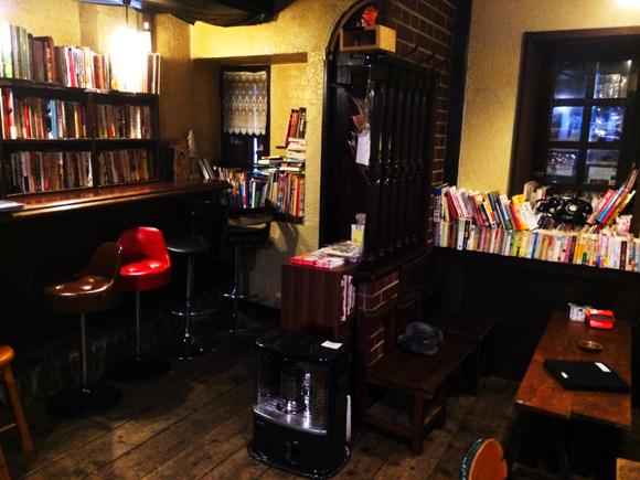 【愛すべき昭和レトロカフェ】阿佐ヶ谷「よるのひるね」…昭和30年代のバーの面影を残した空間にディープな漫画や画集がひしめく古本カフェ