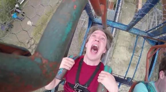 スリリングすぎっ!! 自力で漕いで空中一回転する遊具を撮影した動画が見ているだけで「ヒョエエー」って手に汗握る!