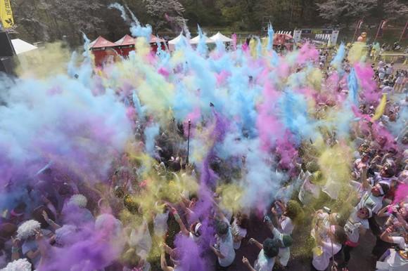 日本には昨年上陸! カラフルな色まみれになって走るランニングイベント「カラーラン」が世界中で大流行♪