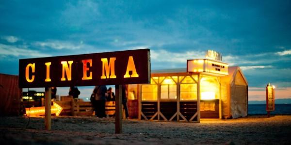 砂浜に巨大スクリーンやレストラン、バザールが登場!! 海辺で楽しむフィルムフェス「第6回逗子海岸映画祭」GWに開催