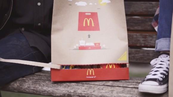 袋がそのままトレイに早変わり!! ハンガリーのマクドナルドが画期的なテイクアウト用パッケージを開発!