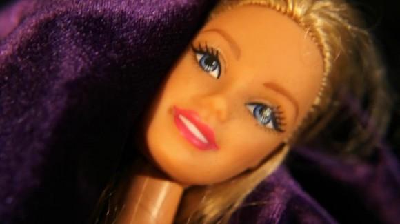 バービー人形の頭しか出てこない…!? 奇才デヴィッド・リンチ監督がトライベッカ映画祭に寄せたショートムービーがちょっぴり怖い