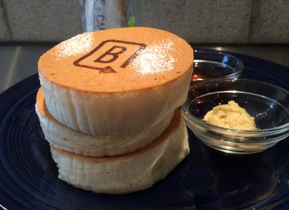 【原宿話題のカフェ】白くて軽くてふわっふわ! メレンゲたっぷりの「ホワイトスフレパンケーキ」を食べてみた!