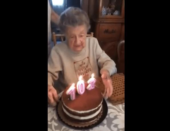 【ほっこりハプニング】102歳のお誕生日! キャンドルを吹き消すおばあちゃんを襲った(?)アクシデント