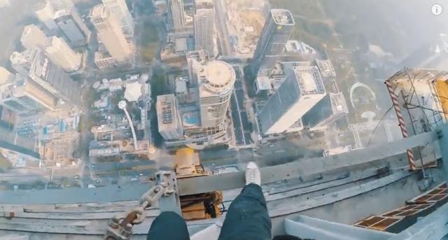 ひえぇ…心臓が弱い人は見ちゃダメ!! 660メートルのタワーに登るヤバい人たち