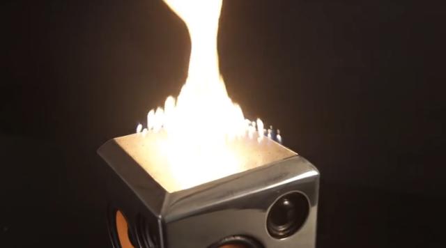"""迫力スゴイィ…!! """"火を噴く"""" ポータブルスピーカー「The Sound Torch」が画期的すぎるよ"""