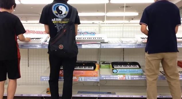 【レベル高すぎ】YMOの名曲を集団弾き逃げ! 家電量販店の楽器売り場で演奏する3人の若者がスンゴイ