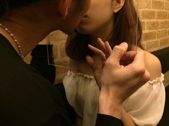 5月23日は「キスの日」! 初めて会った人とアクリル板越しにキスをする街コンが青山で開催!!