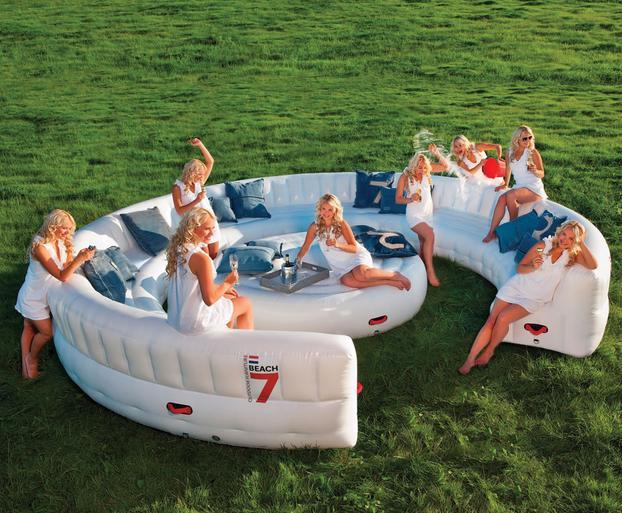 30人も座れる! 空気で膨らませるビーチソファ「Airlounge」